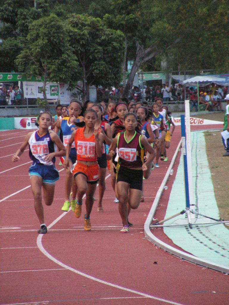 Niñura leading the pack in the 1500m race.