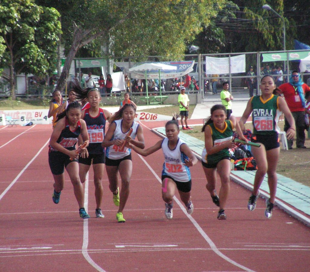 The tough battle in 4x400m secondary girls.